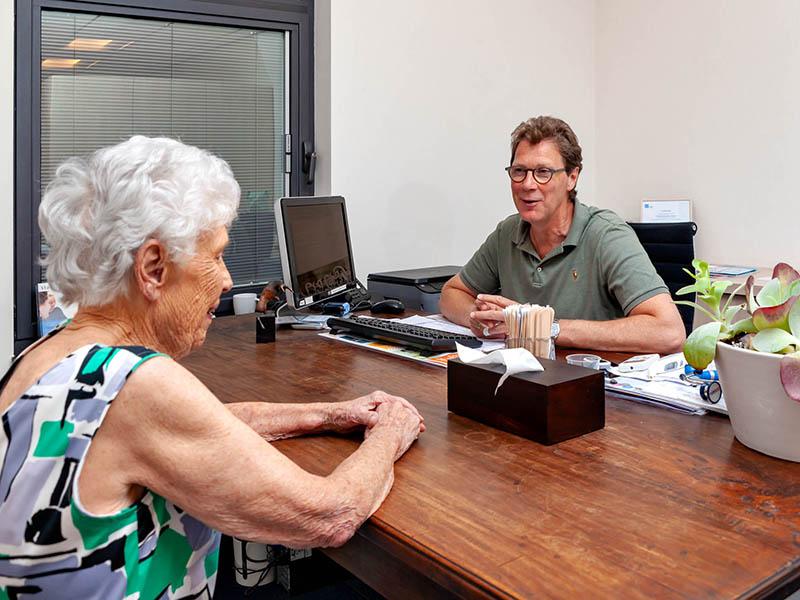 Huisarts Wiertz met Patient in Bunde